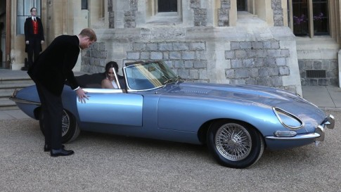 Prince Harry en Meghan Markle rijden in Jaguar E-Type Zero