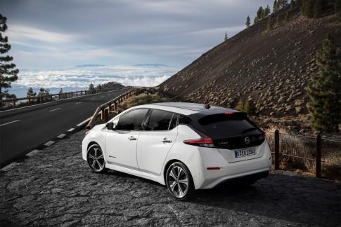 De Nissan Leaf Een Elektrische Auto Met Bagageruimte Voor Het Hele