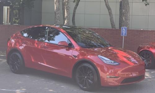 Tesla Model Y elektrische crossover in het rood gespot